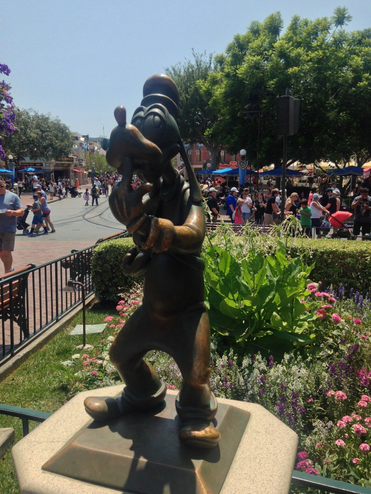 goofy-mickey-mouse-statue